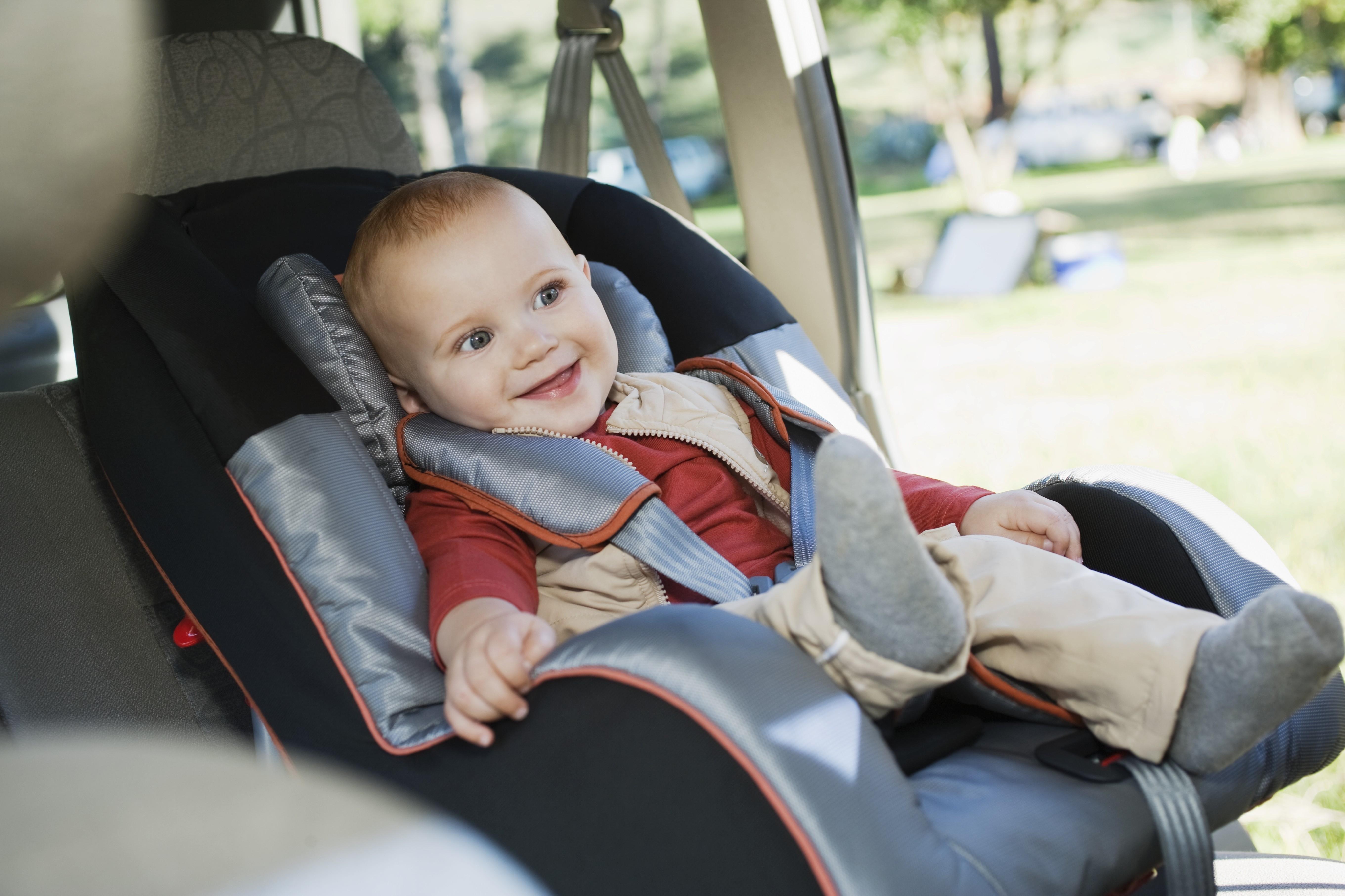 Dejar puesto el abrigo a los niños en la sillita del coche aumenta el riesgo de accidente