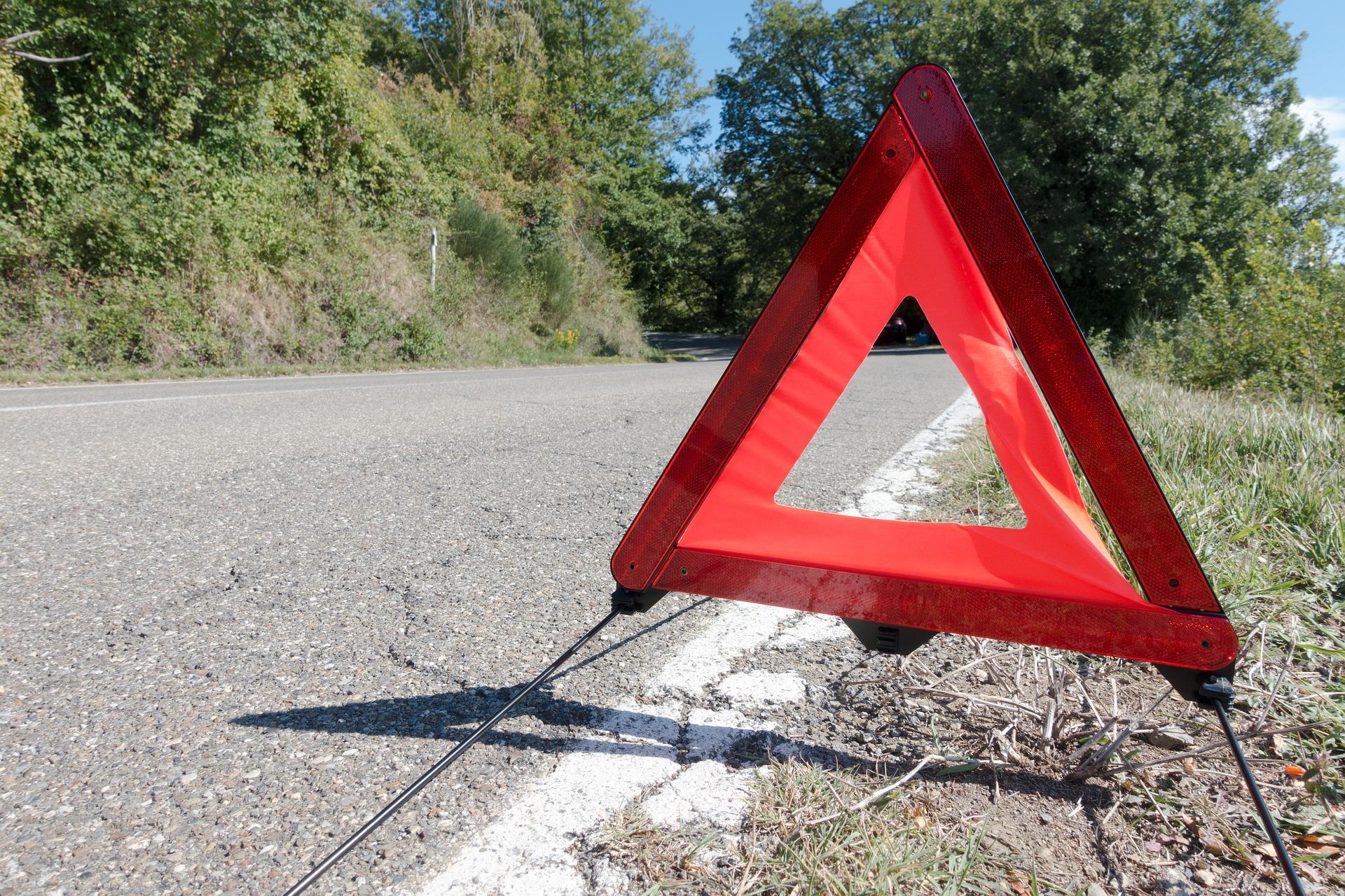 Como colocar los triángulos de peligro en caso de accidente o avería